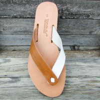 Wide Flip Flops With a Hidden Knot and Seams